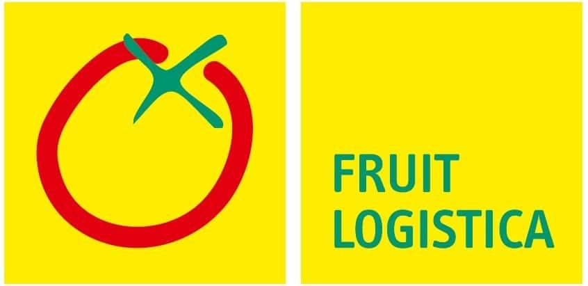 Auf dem Bild ist das Logo der Messe Fruit Logistica zu sehen. Links steht der Messename in greünen Großbuchstaben geschireben, links sind die Umrisse einer roten Tomate zu erkennen.