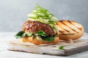 Burger vegan Fleischersatz Gurke Salat