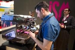 ISM 2018. Auf dem Bild sieht man einen Barista an einer Espressomaschine, welcher an dem Baristawettbewerb der ISM 2017 teil nimmt.