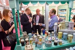 ISM 2018. Auf dem bIld der ISM 2017 ist der Austeller Stand von Cartwright & Butler zu sehen, an dem gerade ein Fachlicher Austausch stattfindet.