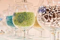 ISM 2018. Auf dem Bild sind sehr große Gläser mit bunten, süßen Zuckerperlen gefüllt zu sehen, welche auf der ISM 2017 von Buratti teil des Messestandes waren.