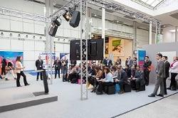 ISM 2018. Auf dem Bild ist die experten Bühne der ISM 2017 abgebildet. Der Blick ist von schräg hinten rechts an der Bühne vorbei auf das Publikum.