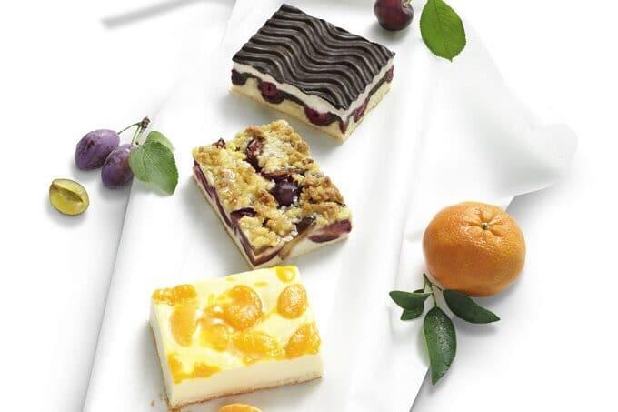 Kuchenschnittte mit Pflaumen Schokolade und Mandarinen