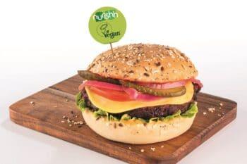 Burger mit pflanzlicher Käsealternative / snackconnection