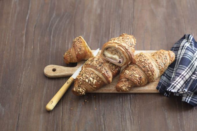 Croissant gefüllt mit Käse und Schinken