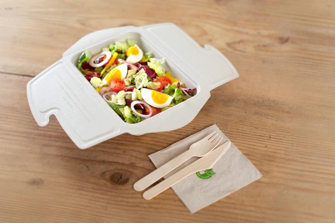 To Go Box aus Zellstoff von packVerde mit Salat und Holzbesteck / snackconnection