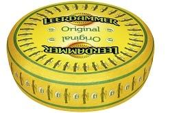 Auf dem Foto ist eine gelbe Laibe des Leerdammer Käses vom Hersteller Bel Foodservice. Auf der Laibe befindet sich das Siegel der Initiative für Weidehaltung.