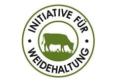"""Auf dem Foto ist das Siegel der Initiative für Weidehaltung zu sehen. Auf den Leerdammer Produkten des Käseherstellers Bel Foodservice ist dieses Siegel zu finden. Das Siegel ist rund. In der Mitte befindet sich eine grüne Kuh, die auf einer Weide weidet. Um die Kuh herum ist ein grüner Kreis, gefolgt von dem Schriftzug §Initiative für Weidehaltung"""" in schwarz. Um die Schrift herum ist ebenfalls ein grüner Kreis."""