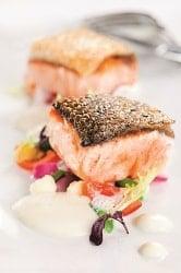 HOMANN Feinkost Sylter Salatdressing auf einem Gemüse Nest mit gebratenen Lachs.