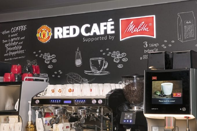 Melitta®: Der Einagng zum Red Café – Supported by Melitta®, Manschester United.