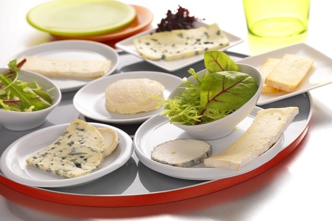 Eine Platte mit verschiedenen Käsesorten von Fromka