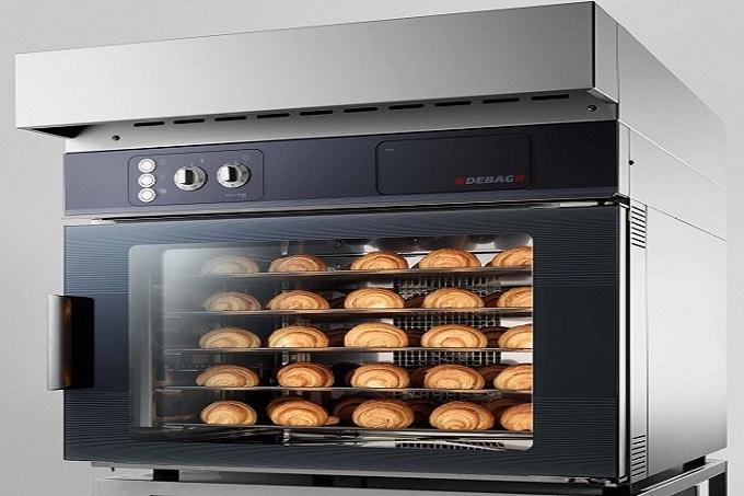Ein Ofen von Debag für Snackwaren. Innerhalb des Ofens sind Backwaren zu sehen