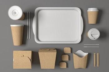 Verpackungen für Pommes, Salate, Getränke sowie ein Tablett.