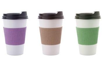 Auf dem Bild sind drei Kaffe Mehrwegbecher zu sehen.
