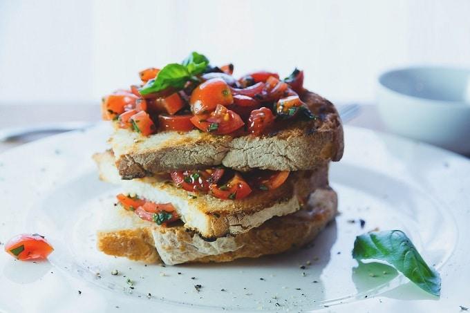 Ein Sandwich belegt mit Tomaten, Salat und Fleisch