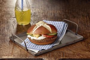 Rezept für Quick & Easy Burger ohne Salat, mit Bulette, Gurken, Tomaten und Brezelbrötchen