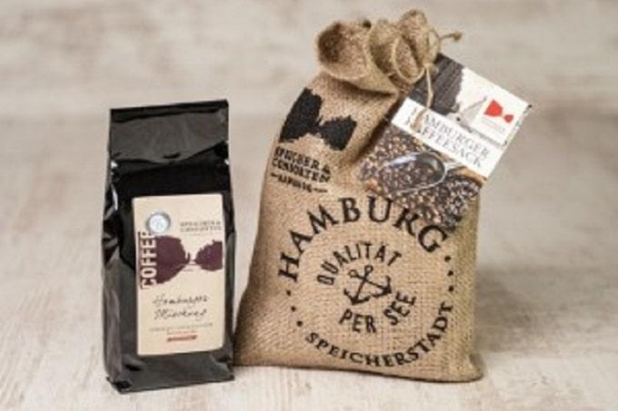 Ein Hamburger Kaffeesack und Kaffeebeutel von Speicher und Consorten