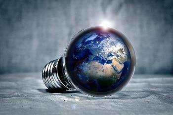 Auf dem Bild ist eine LED Glühbirne zu sehen, in welcher die Erdkugel abgebildet ist.
