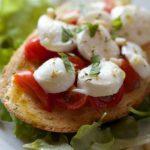 Ein Sandwich mit Tomate und Mozzarella belegt.