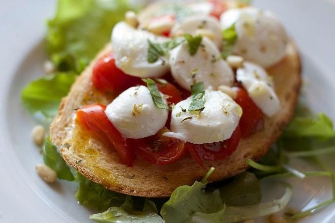 Auf dem Bild ist ein Tomaten Mozzarella Sandwich zu erkennen.
