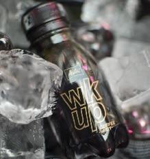 Ein Kaffee Shot von wkup umgeben von Eiswürfeln.