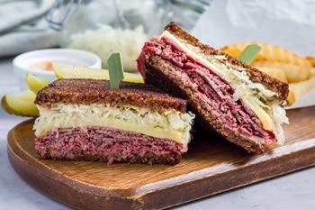 Ein Sandwich belegt mit Pastrami, Sauerkraut und Schweizer Käse.