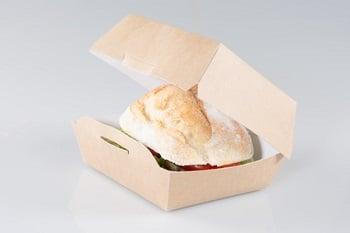 Eine kleine Box, in der sich ein Sandwich befindet.