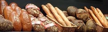 Verschiedenste Brotsorten nebeneinander in Körben. Darunter zum Beispiel Baguettes.