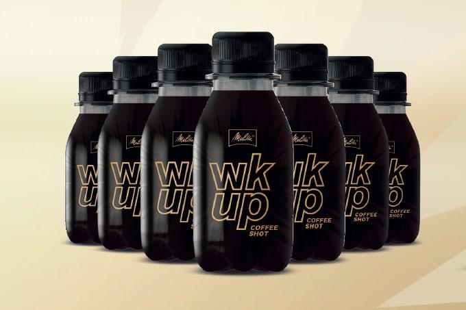Aufgereihte Flaschen des wkup Coffee Shots von Melitta
