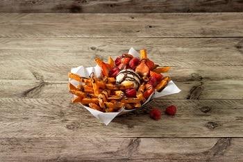 Süßkartoffel-Pommes von Farm Frites mit Eis, Himbeeren und Schkoladensauce