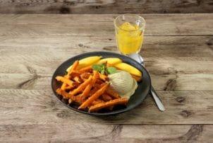 Süßkartoffelpommes von Farm Frites mit Eis auf einem Teller