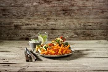 Süßkartoffel-Pommes von Farm Frites als Beilage zu einem Fleischspieß