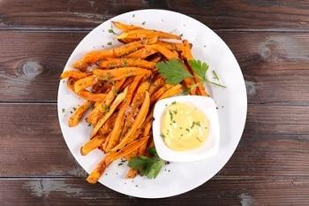 Frittierte Süßkartoffelpommes