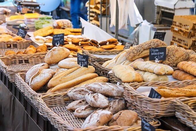 Brot und Brötchen in einer Brottheke
