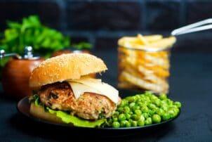 Vegetarischer Burger mit Erbsen