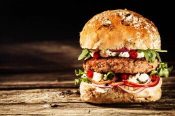 Vollkorn Burger mit Feta und Tomaten