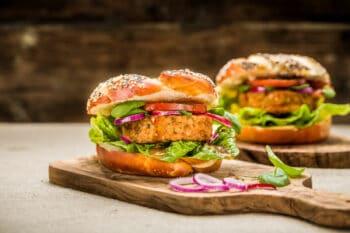 Burger mit Laugenbrötchen und Veggie Patty