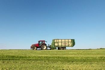 Landwirtschaft_Ressourcen_Trecker_Wiese