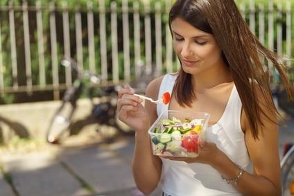 Salat Frau essen to Go