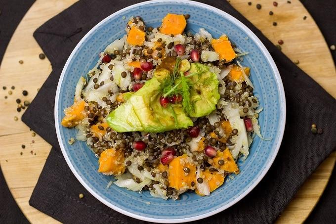 Bowl Salat vegetarisch avocade Linsen
