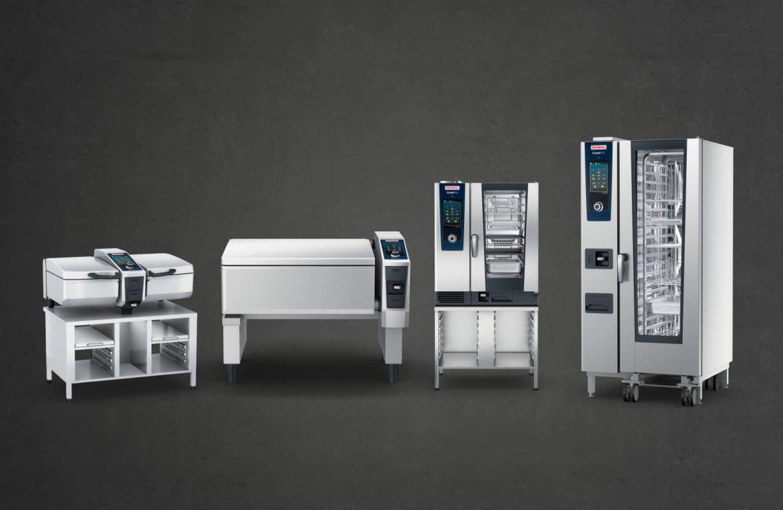 Verschiedene Gastrogeräte von Rational auf grauem Hintergrund / snackconnection