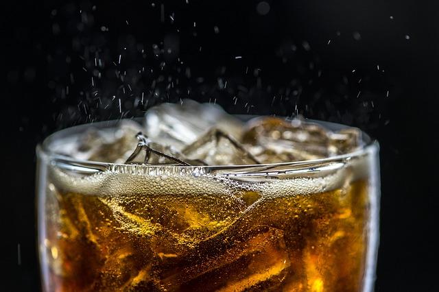 Cola Softgetränk Eiswürfel Glas