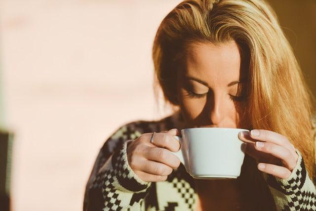 Kaffee Frau trinken Tasse warm
