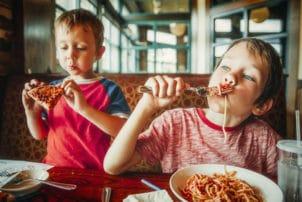 Kinder essen Spaghetti Pizza ungesund