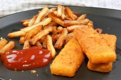 Pommes Fischstäbchen Kindergericht Ketchup