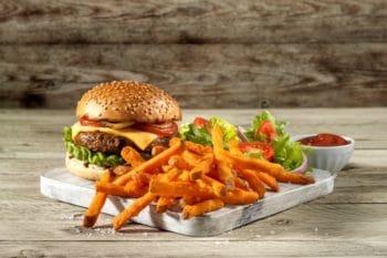 Pommes Süßkartoffel Burger Ketchup