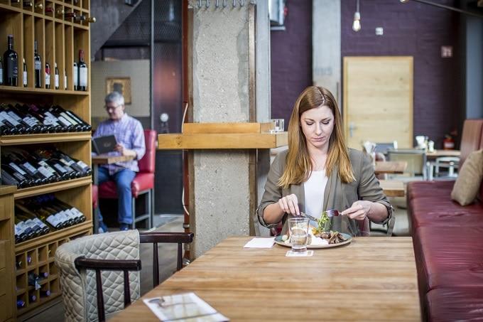 Restaurant Frau alleine Essen Nestle
