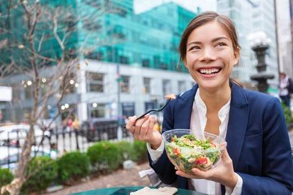 Salat Frau To Go unterwegs essen