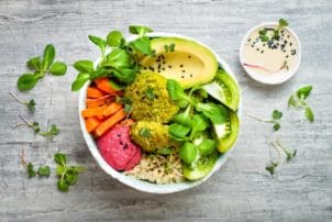 Bowl rote Beete Avocado Hummus