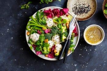 Bowl Sushi Brokkoli Salat Hummus